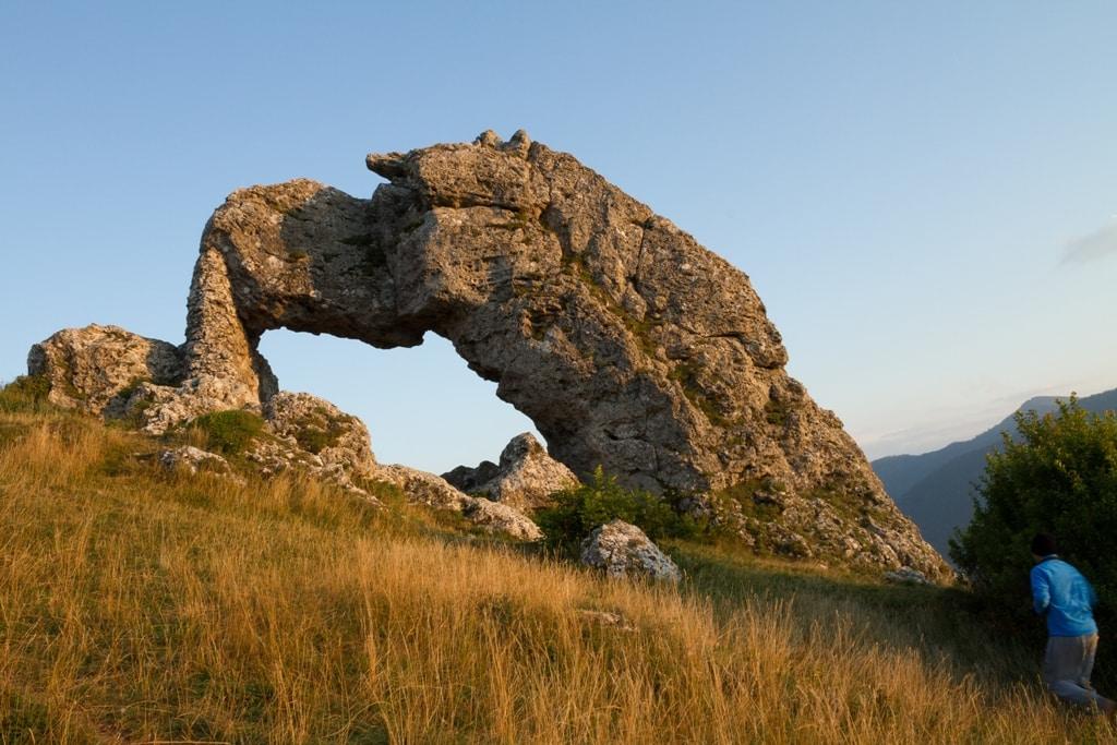 La pierre percee du camping en montagne alpe