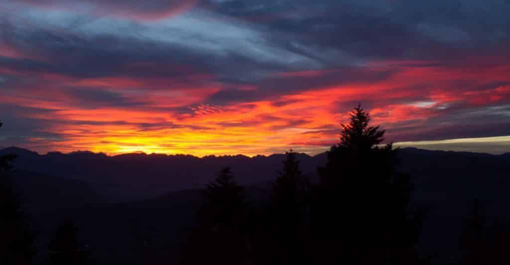 Couche de soleil dans le camping en montagne alpe