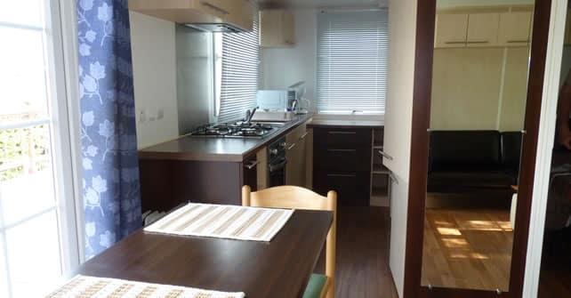 La cuisine d'une location de mobil home a Grenoble