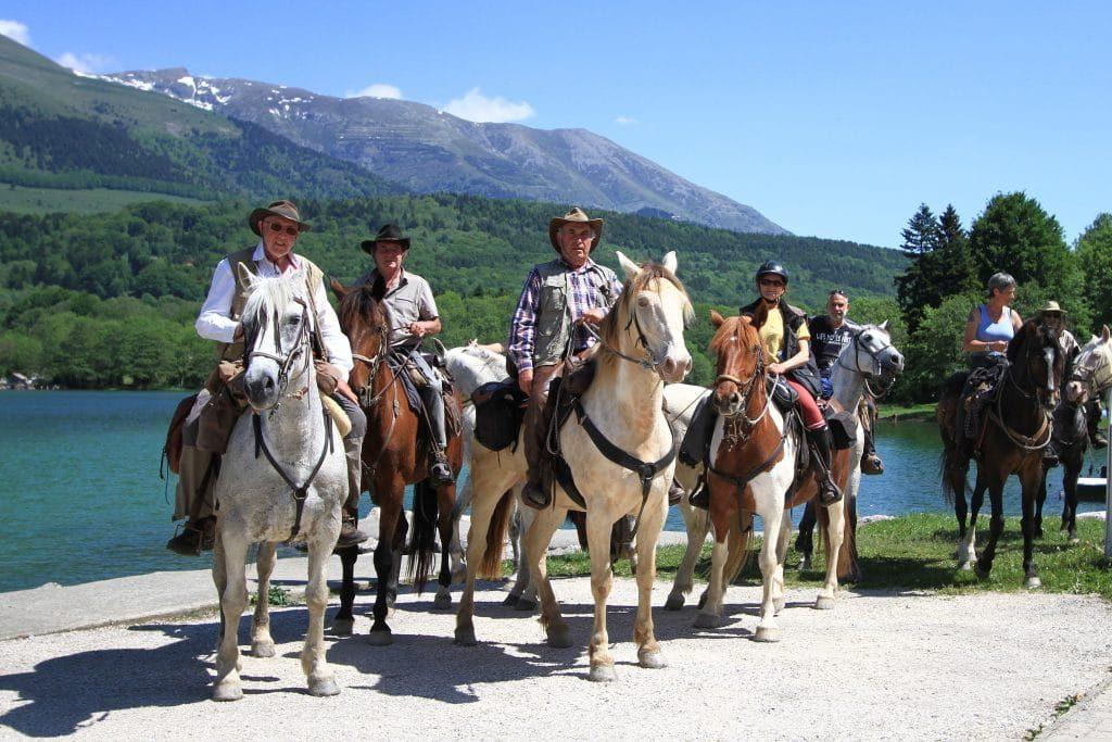 Promenade a cheval dans le camping en montagne alpe